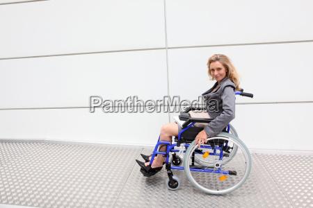 kobieta wykonawczej za pomoca wozka inwalidzkiego
