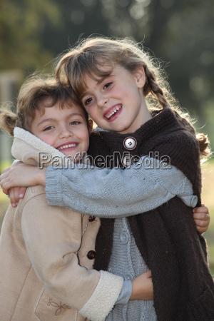 przetarg scena dwoch dziewczynek przytulanie