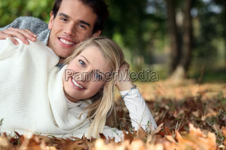 mloda para lezaca na trawie razem