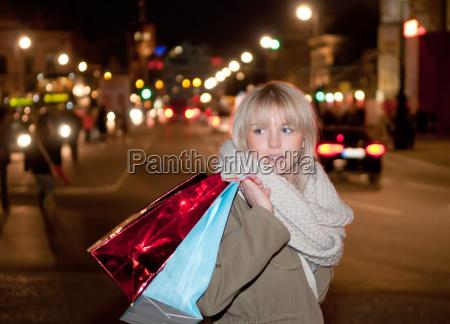 mloda kobieta zakupy w wieczornym wielkim