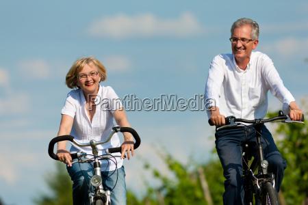 szczesliwa para na rowerze w przyrodzie