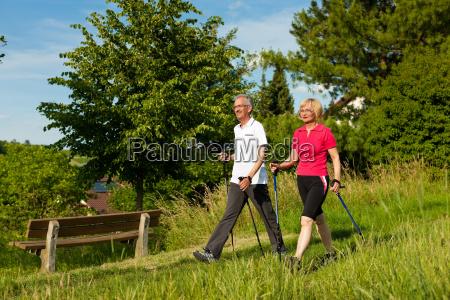 szczesliwa para starszych nordic walking w