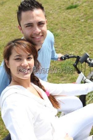 mloda para jazdy rowerami w parku