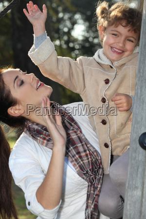 mor og datter klatring et trae