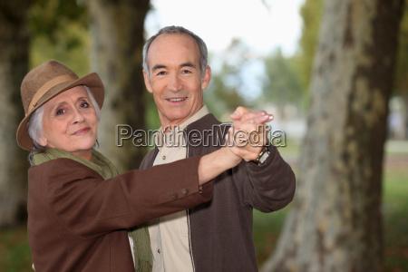 starszy para na romantyczny spacer