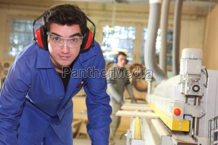 uczen pracuje w fabryce