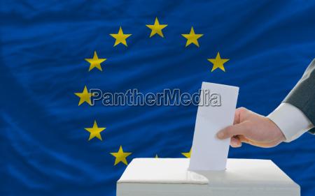 czlowiek glosowania w sprawie wyborow w