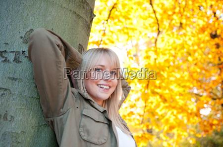 młoda, kobieta, stoi, na, drzewie - 5968919