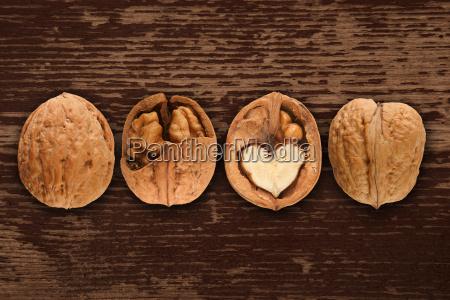 orzechy wloskie na brazowym tle drewnianych