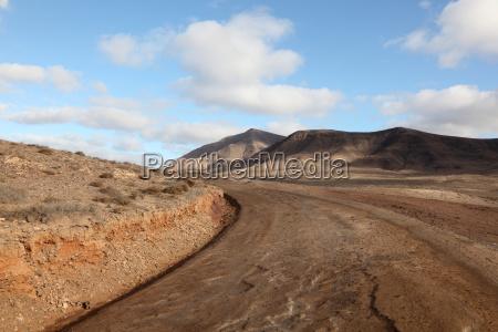 wiejska droga na wyspie kanaryjskiej lanzarote