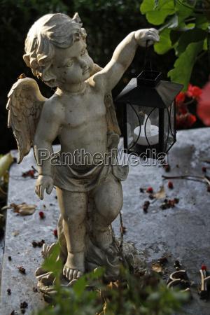 figurka aniola na grobie