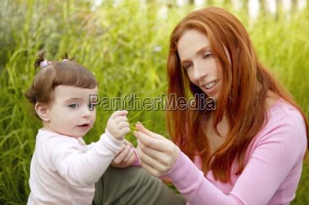 piekna matka i dziewczynka na zewnatrz