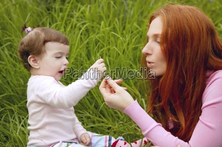 piekna matka i male dziecko dziewczyna