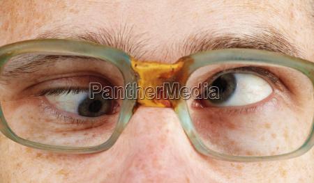 osoba z przeczuciem w staromodnych okularach