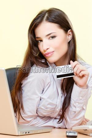 kobieta moze na zakupy z karty