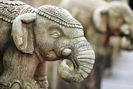 kamienny posag slonia