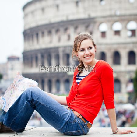 portret calkiem youngy turysta kobieta w