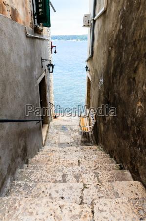 waskie schody do morza w rovinj