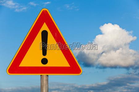 znak drogowy uwaga niebezpieczenstwo