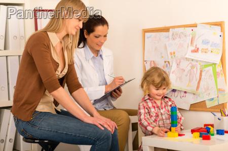 pediatra obserwowac dziecko dziewczyna grac w
