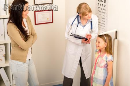 badania lekarskie w pediatra dziewczyna pomiaru