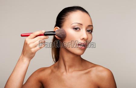 mloda piekna kobieta stosujace makijaz