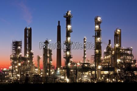 rafineria w szlezwiku holsztynie o zmierzchu
