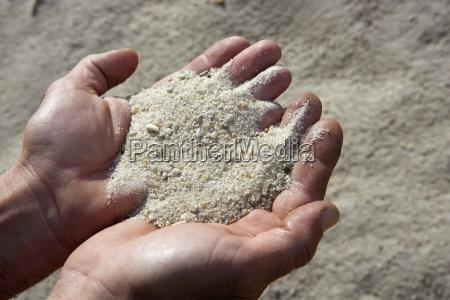 piasek zwirkowy w rekach czlowieka w
