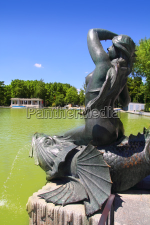 madrid sirena sobre pez mermaid statue