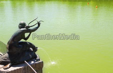 madrid sirena con lira statue in