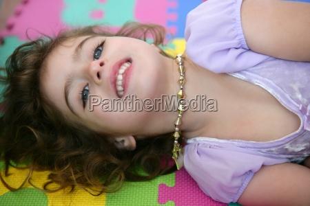 piekna ksiezniczka mala dziewczynka usmiechnieta lezaca