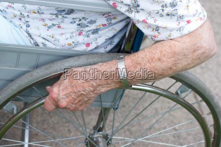 seniors strony na kola wozka inwalidzkiego