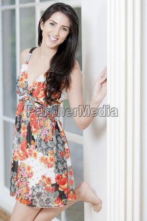 mloda kobieta w letniej sukni
