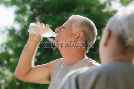 seniorzy woda pitna po fitness w