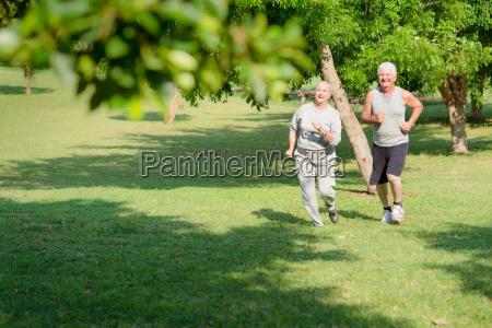 aktywni starsi ludzie jogging w parku