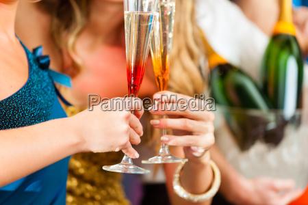 ludzie w klubie lub barze drink