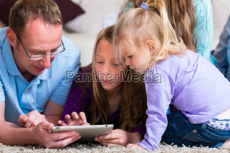 gra rodzinna z komputerem typu tablet
