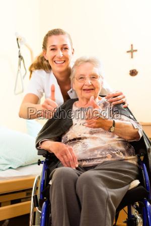 wiek i opieka opiekun i senior