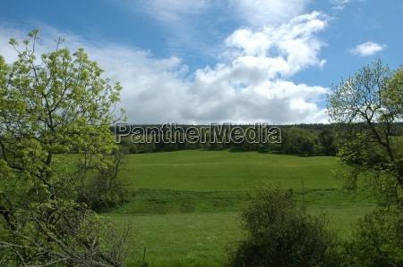 szkocki krajobraz z jasnego nieba