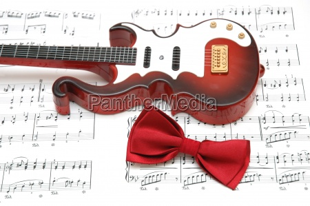 gitara i muszka na arkuszu drukowane