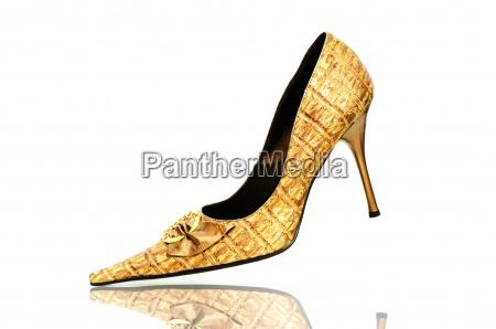 eleganckie blyszczace buty na bialy