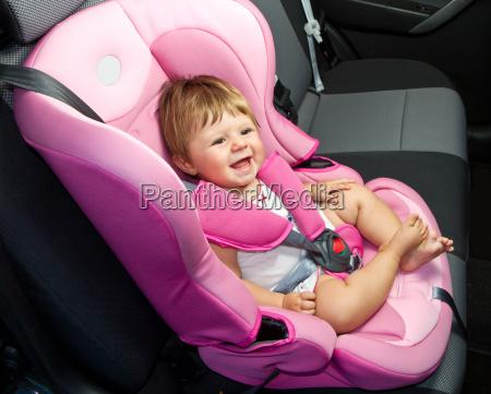 dziecko w foteliku samochodowym bezpieczenstwo i