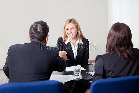 kobieta drzenie rak na rozmowe kwalifikacyjna