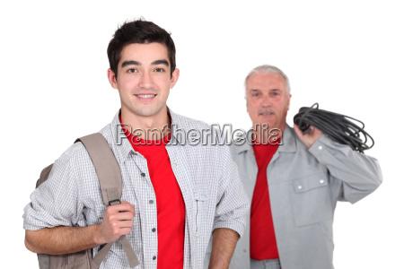 uczen z plecakiem i starszy kolega