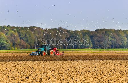 rolnictwo zaoraj pole z ciagnikiem