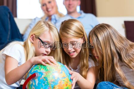 rodzina w domu dzieci bawia sie