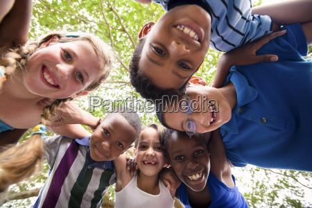 dzieci obejmujacego w kregu wokol kamery