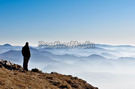 misty gorskie wzgorza i sylwetka mezczyzny