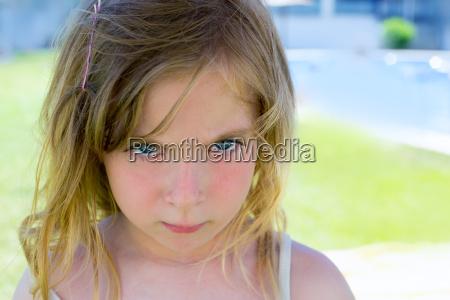 zly blond dzieci dziewczyna portret patrzac