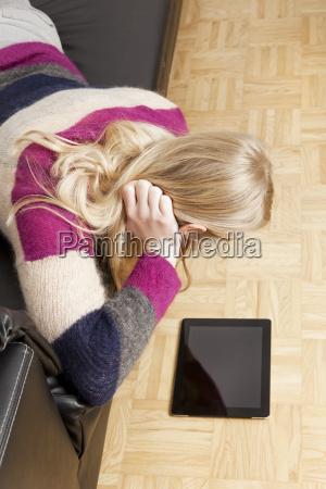 kobieta womane baba w domu kanapa